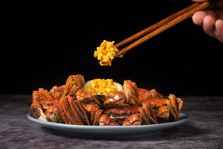 steamed chinese mitten crab, shanghai hairy crab close up on plate(大闸蟹)